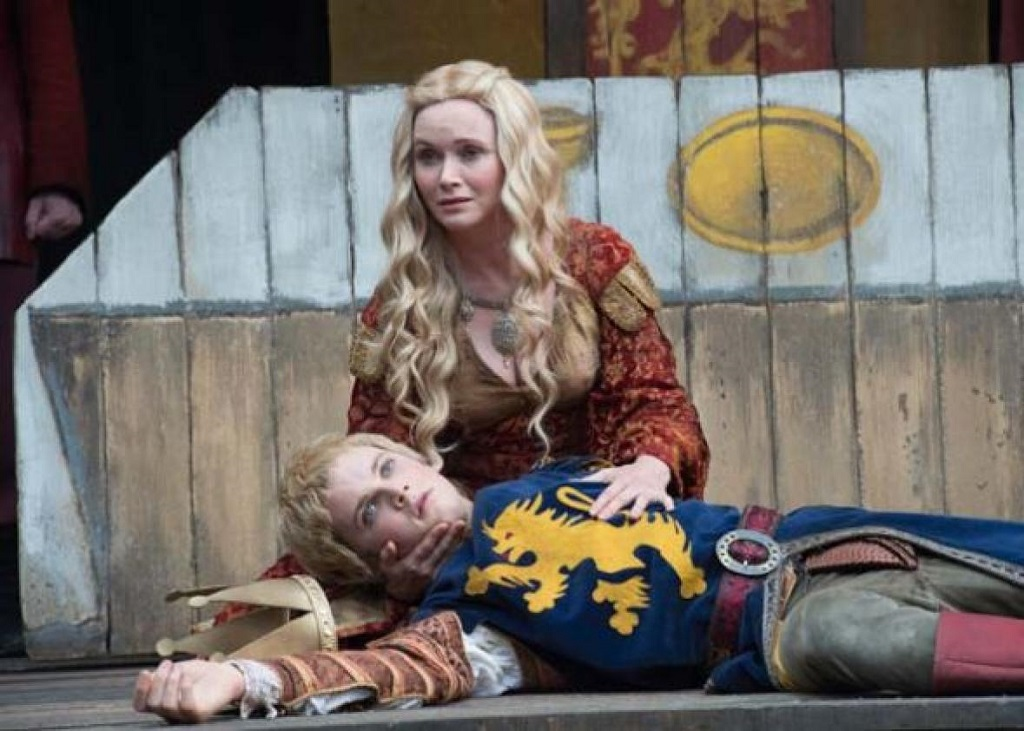Sharp-eyed viewers will notice that these two aren't the actual Cersei and Joffrey.