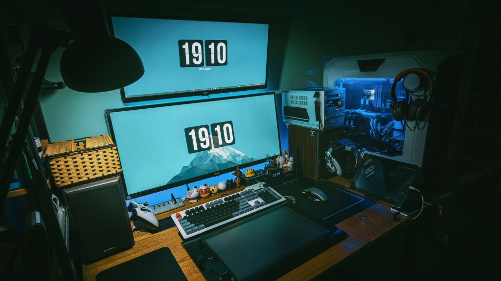 This is a pretty cool setup, but I'm not sold on the vertical monitor arrangement. My neck would not appreciate if I had to spend a lot of time looking at monitor #2.